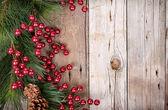 Borové větve s vánoční bobulí