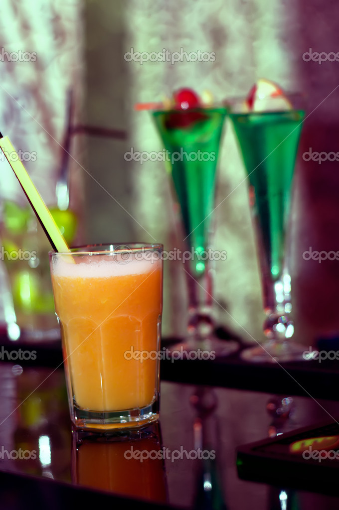 Phantasie alkoholische Getränke und frische Getränke in der ...