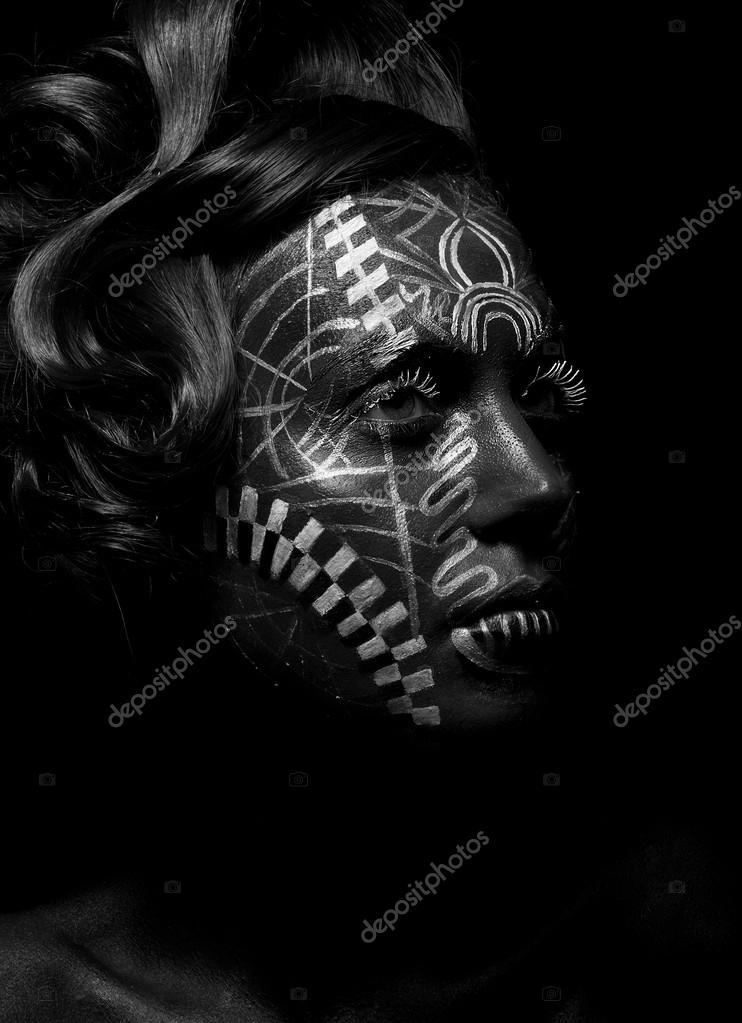 Tatouage De Vaudou Savage Femme Religieuse Tribu Visage Peint