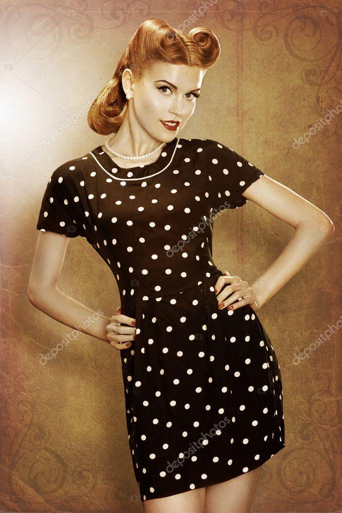 d3643f336fed02 Ретро чарівна дівчина в класична мода плаття позують горошок — стокове фото