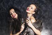 freude. begeisterung. Reiche Frau lacht mit Kristall aus Champagner