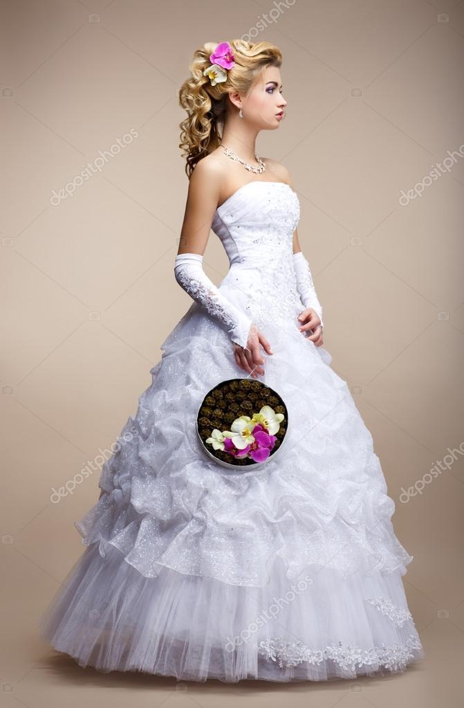 style de mariage porter des gants et robe blanche de la mari e tendance bouquet de fleurs. Black Bedroom Furniture Sets. Home Design Ideas