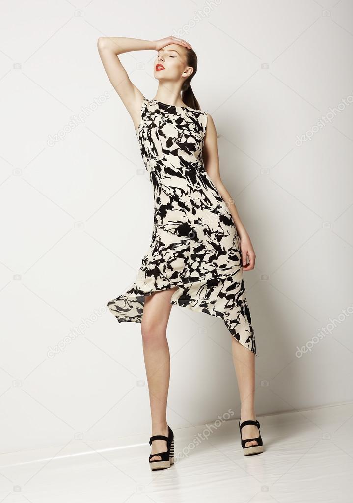 e6552f688 Mujer moda vestido manchado ligero. diseño de vestuario contemporáneo —  Fotos de Stock
