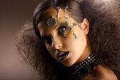 umění. Mimořádná lesklý žena ve stínu. Zlatý make-up. tvořivost