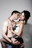 Fotografia sensualità. affetto. bella coppia avvinghiati in un abbraccio
