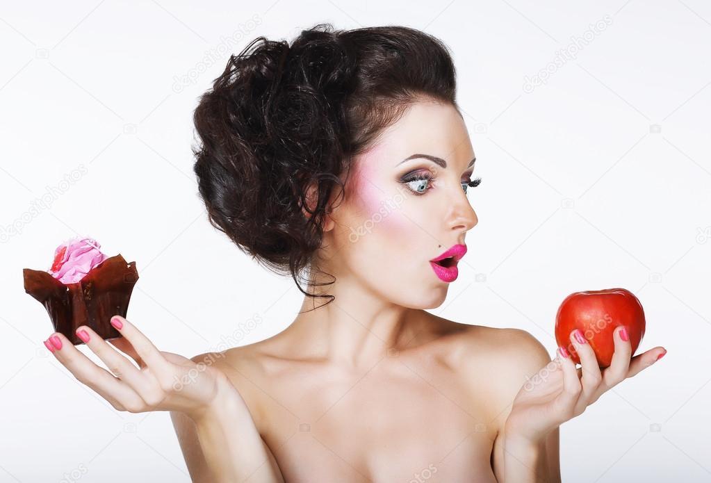 a42e5771c4e έκπληκτος αστεία γυναίκα αποφασίσει μεταξύ apple και κέικ ...
