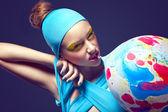 Fotografie grotesk. exzentrische Frau mit Phantasie stagy Make-up und Luft-Ballon