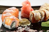 čerstvé a chutné sushi v černé misky