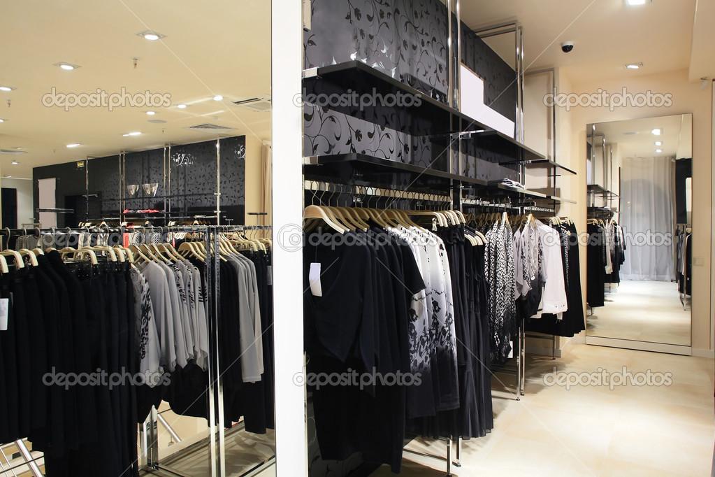 02c6d7cb753e Ευρωπαϊκό ολοκαίνουργια κατάστημα ρούχων — Φωτογραφία Αρχείου ...