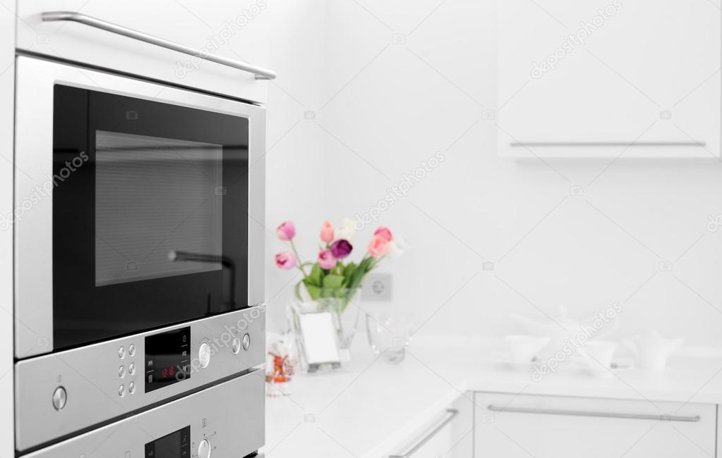 cucina bianca moderna con mobili in stile — Foto Stock © fiphoto ...