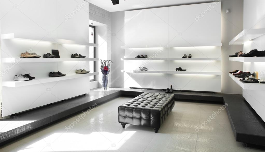 luxe schoenenwinkel met lichte interieur stockfoto
