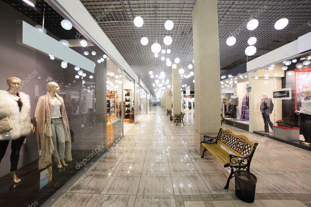 https://st.depositphotos.com/1389715/3666/i/950/depositphotos_36668809-stockafbeelding-europese-mall-interieur-met-winkels.jpg