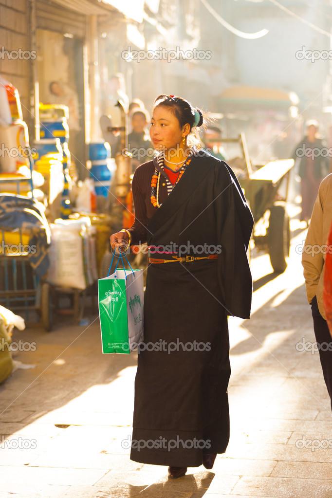 c58b3340c5c traditionnels Vêtements femme jeune tibétain moderne — Photo ...