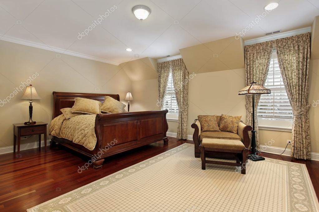 Master camera da letto con pavimento in legno ciliegio — Foto Stock ...