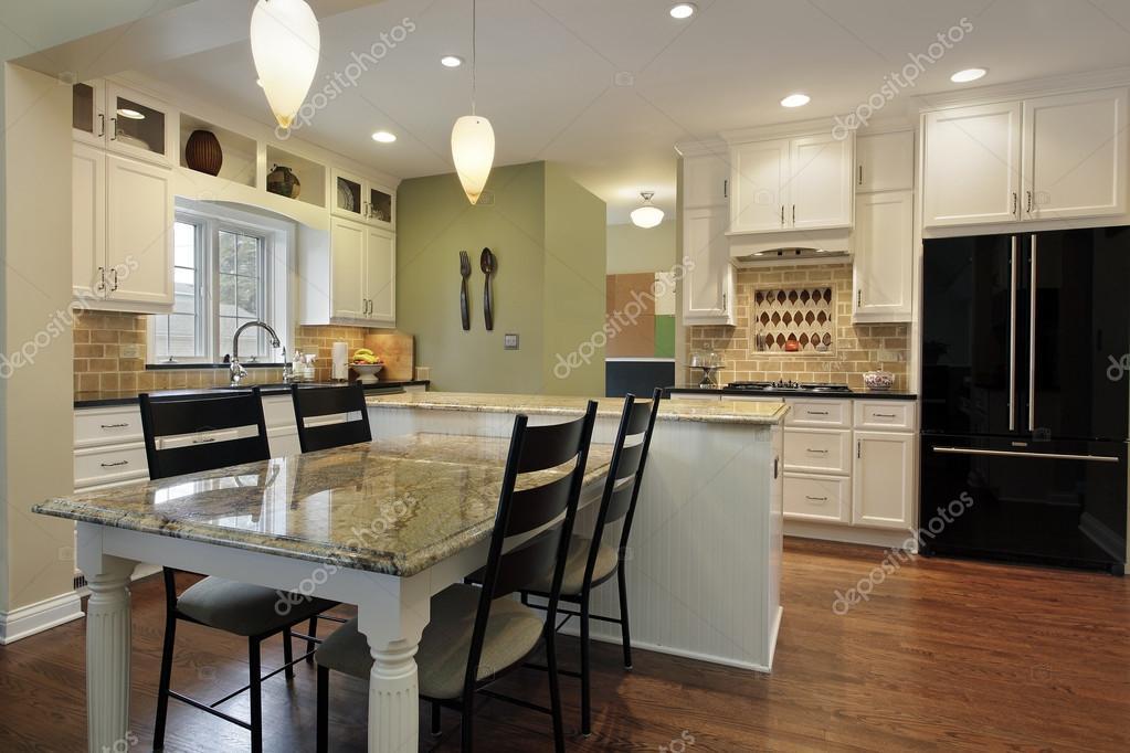 cocina con isla del granito — Foto de stock © lmphot #35793813