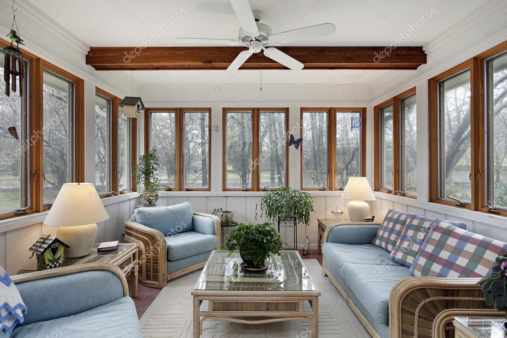 Soffitto In Legno Con Travi : Veranda con travi del soffitto in legno u2014 foto stock © lmphot #35793981