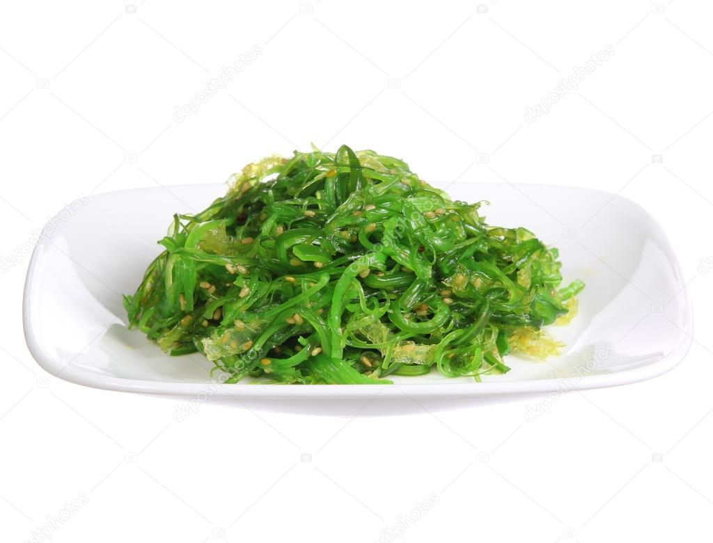 salade de chuka algues avec des graines de s same sur une plaque de c ramique isol sur fond. Black Bedroom Furniture Sets. Home Design Ideas