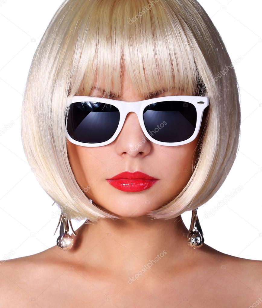 54df2cd352ed5 Modelo loira com óculos de sol. jovem glamorosa com penteado curto bob  isolado no branco. garota de estilo de Vogue. corte de cabelo — Foto de  Guzel