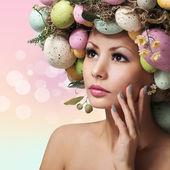 Ostern Frau. Frühling Mädchen mit Mode Frisur