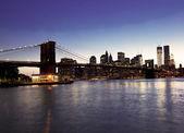 Brooklyn bridge a panorama v noci