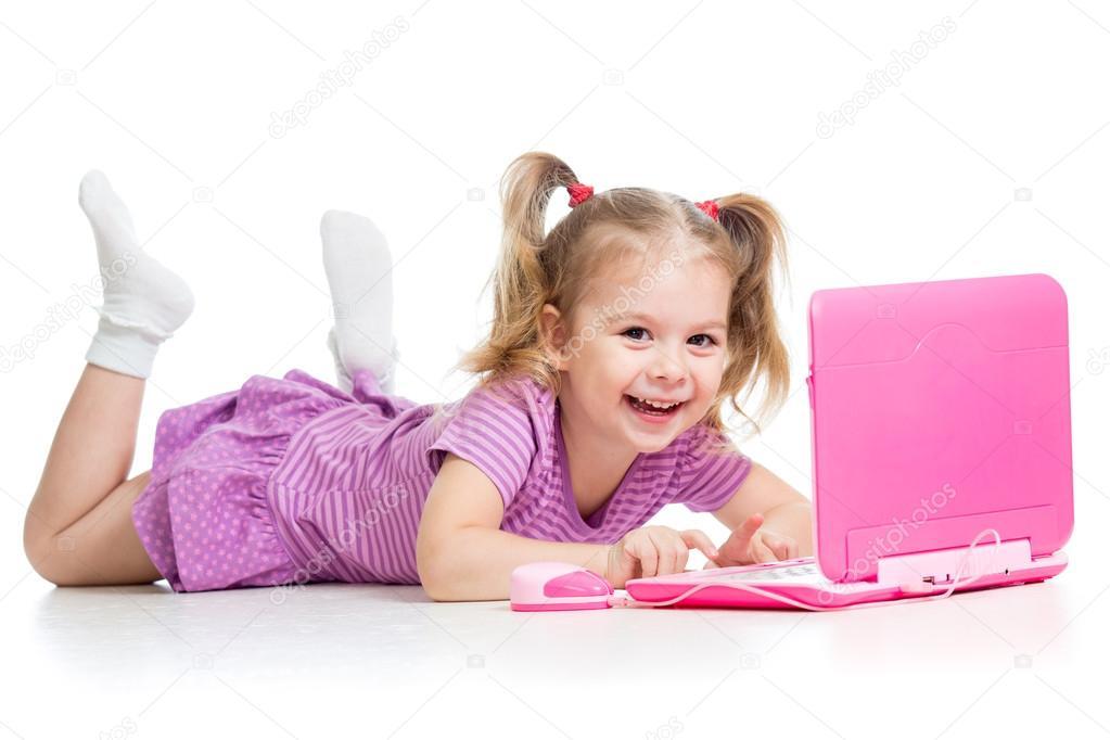 Connu fille enfant jouer avec ordinateur portable jouet — Photo #14019475 XE62