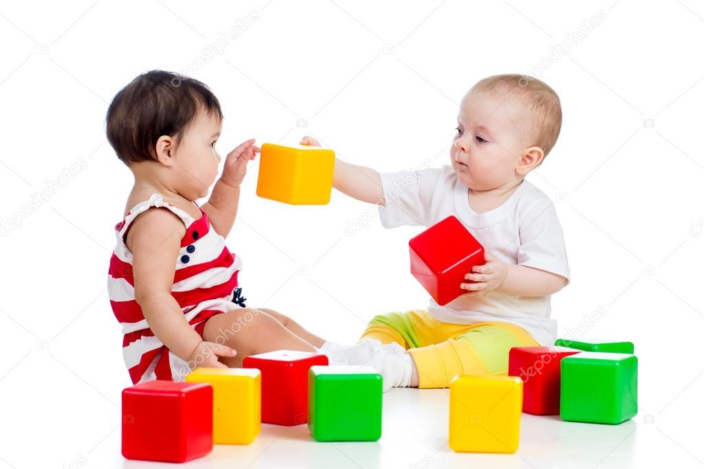 zwei Babys oder Kinder spielen zusammen mit Farbe Spielzeug ...