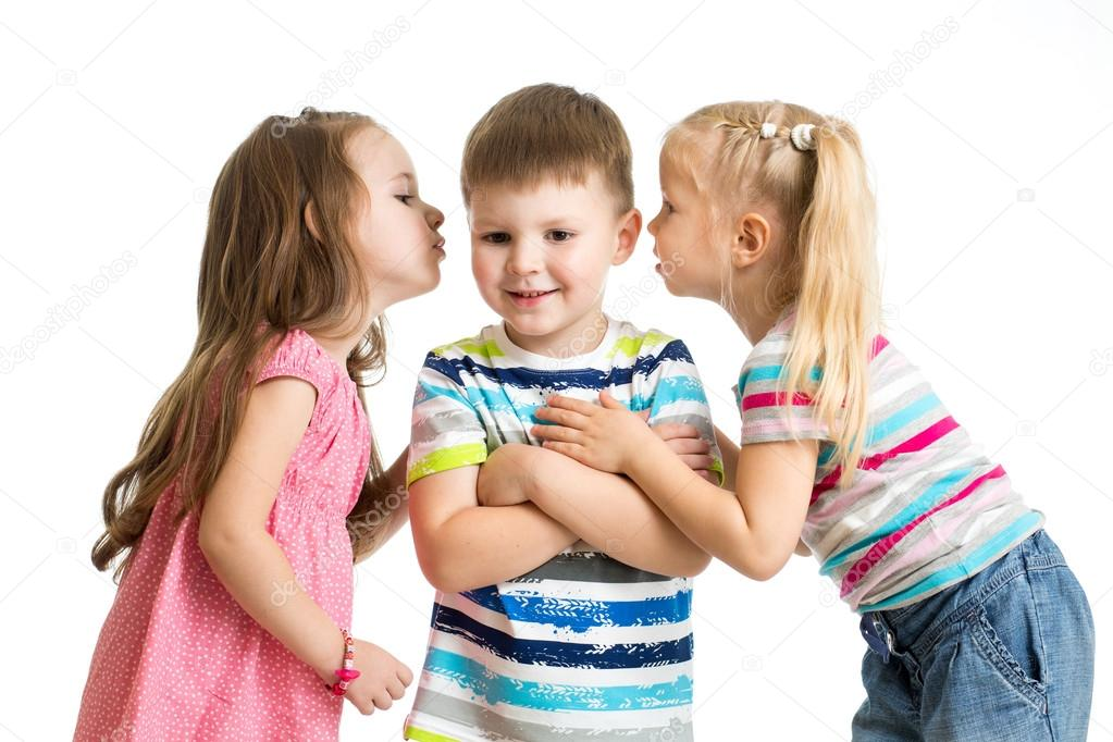 60305b1b408 παιδιά, κορίτσια παιδιά μοιράζονται ένα μυστικό με αγόρι απομονωθεί ...