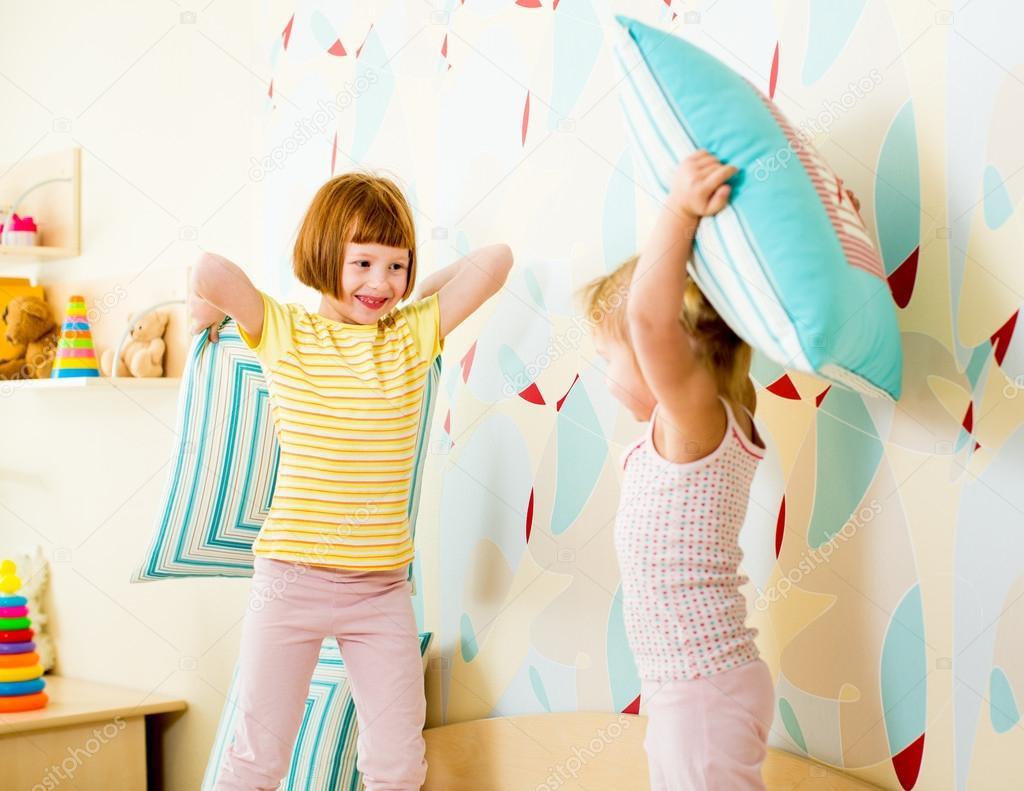 Kinderen zusters spelen met kussens in de slaapkamer u2014 stockfoto