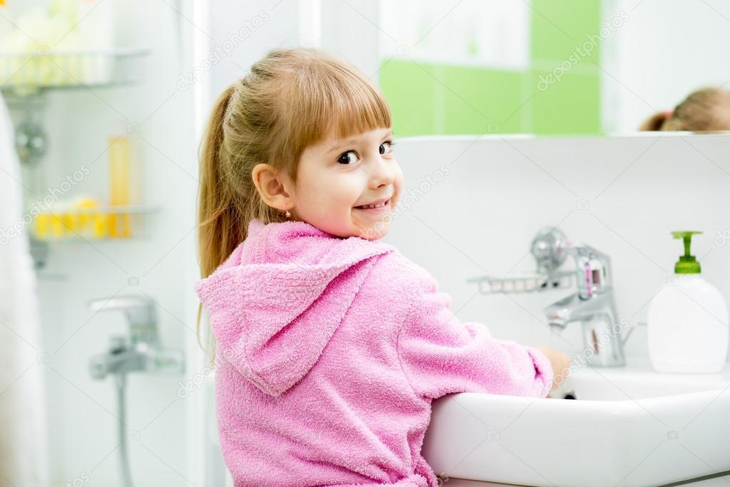 Kleines Mädchen nahm Handtuch nach dem Waschen im