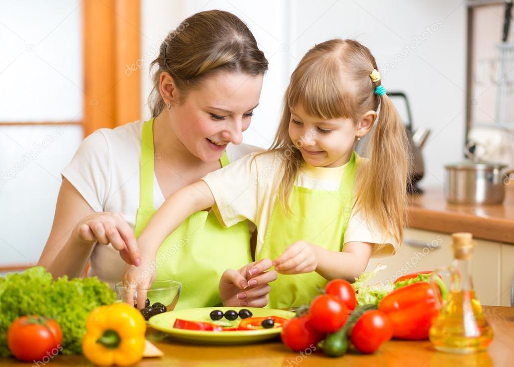 M e e filho filha cozinhando na cozinha fotografias de - Nina cocinando ...