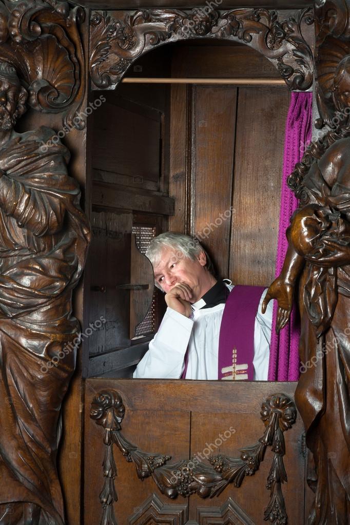 Il prete nella cabina di confessione foto stock for Piani di cabina 20x20