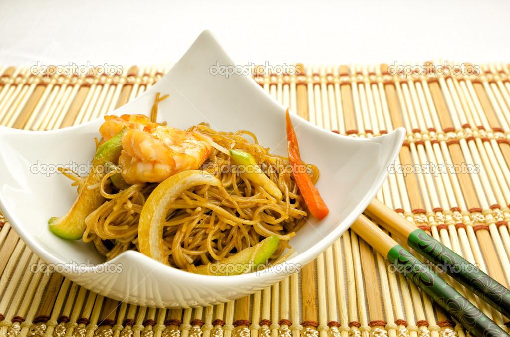 Cibo cinese tagliatelle con gamberetti foto stock for Cucinare yakisoba