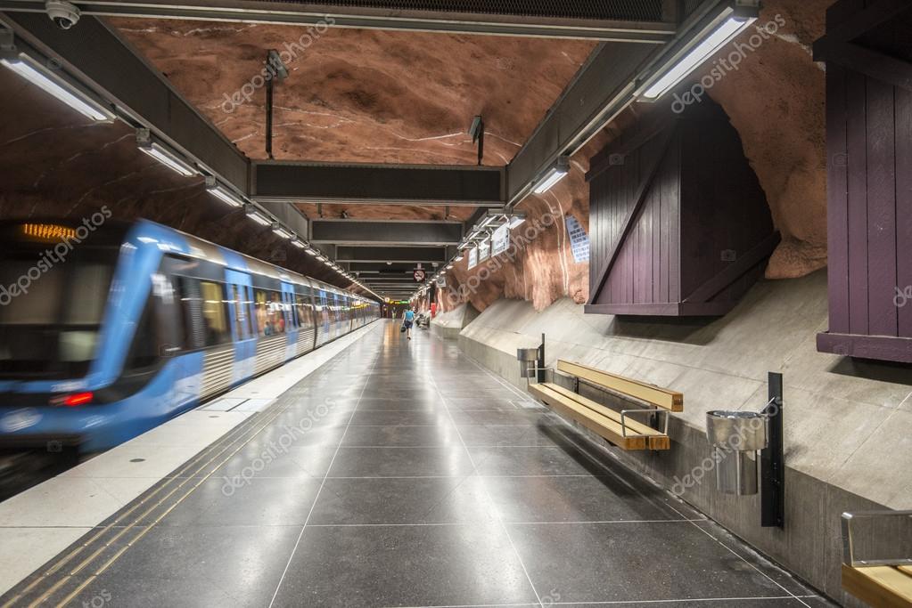 Tren llega a la estaci n de metro de r dhuset de estocolmo - Metro de estocolmo ...