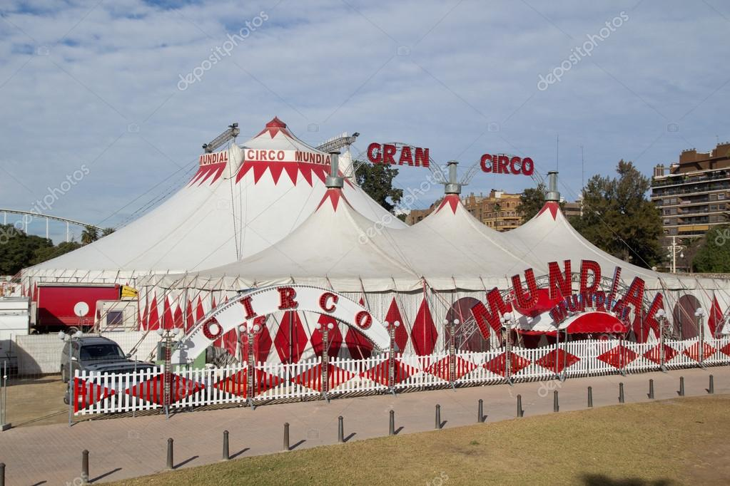 3bead3b6f4c2f Valencia, Espanha - 27 de dezembro  as tendas de circo da gran circo mundial  em Valência, Espanha em 27 de dezembro de 2013. o gran ciro é em valencia  de 13 ...