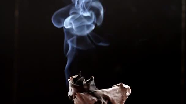koncept kouření a cigaretového kouře na černém pozadí