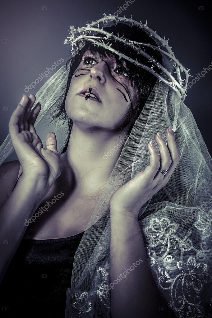 Mujer vestida de blanco con velo