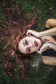Fotografie žena leží na trávě v parku