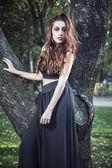 krásná dívka v podzimním parku