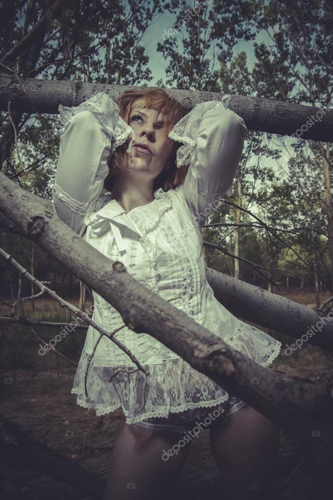 Nackte Frau im Wald — Stockfoto © outsiderzone #47529095