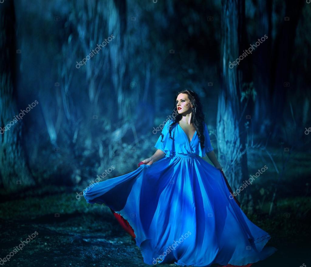 Красивая девушка в синем платье фото