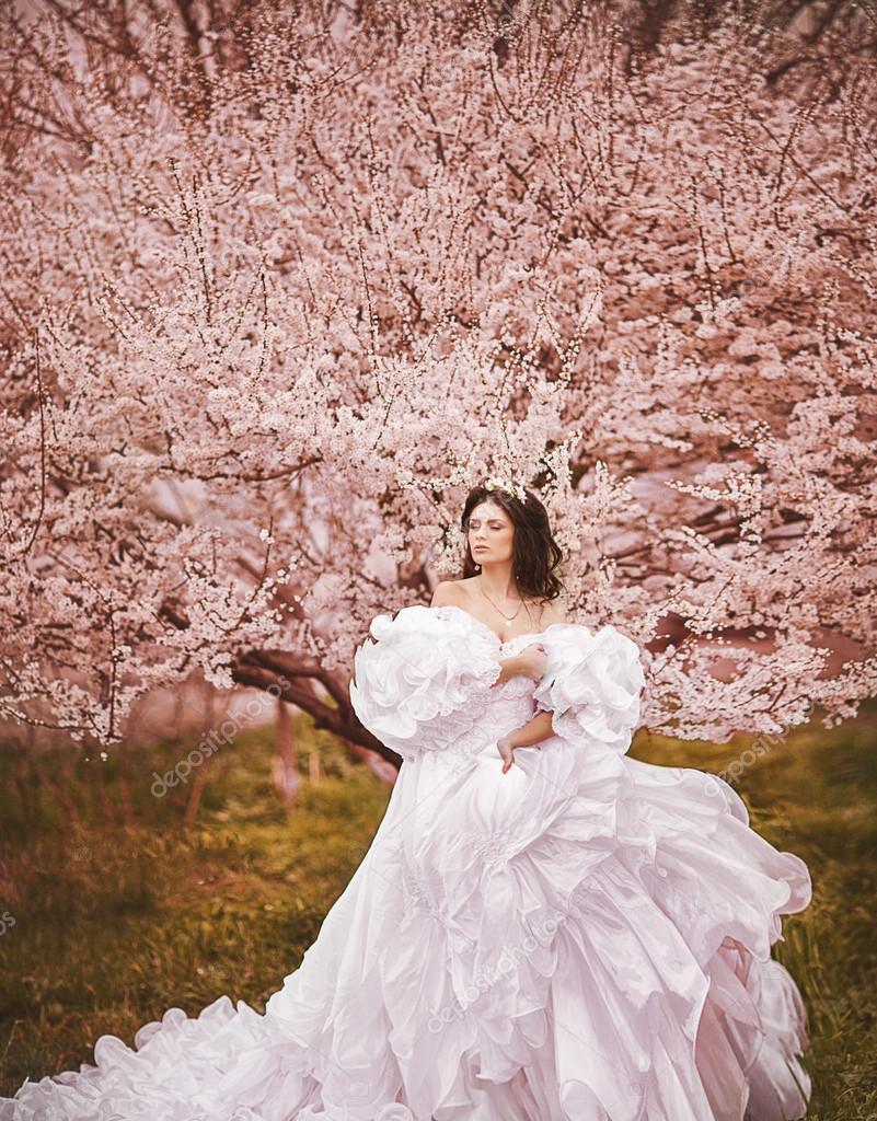 mujer hermosa en el parque de cerezos en flor — Fotos de Stock ...
