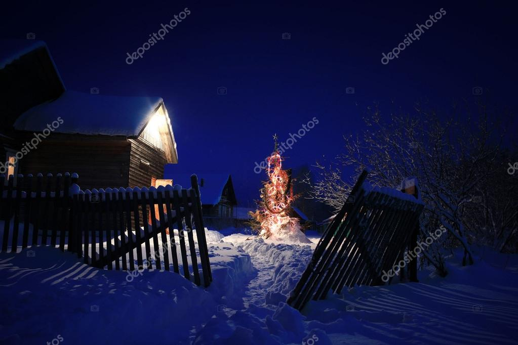 verlichte kerstboom in het dorp — Stockfoto © xload #22164971