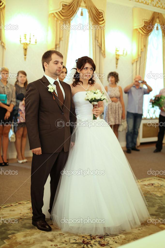 Svatba V Rusku Nevesta A Zenich V Jejich Svatebni Saty V Registru