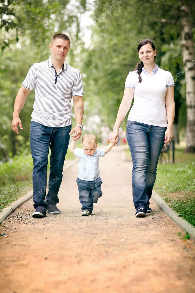 Счастливая семья в лесу - мама, папа и две девочки 28