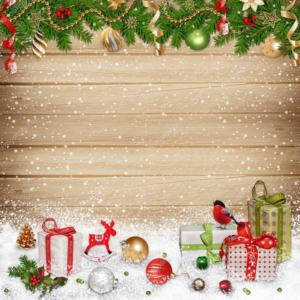 4b70c568afe70 Adornos navideños y regalos sobre un fondo de madera con espacio para texto  o foto - fotos  fondos para motivos navideños — Foto de ...