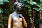 Fotografia statua di Giulietta Capuleti nel suo cortile di casa a verona, veneto