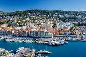 Luftaufnahme des Hafens schöner und luxuriöser Yachten an der französischen Riviera,