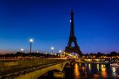 Eiffelova věž a diena most u svítání, Paříž, Francie