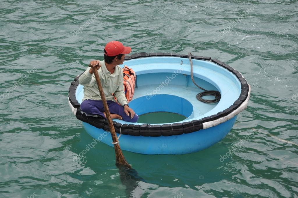 Vietnamese round boat stock editorial photo tinajeans for Round fishing boat