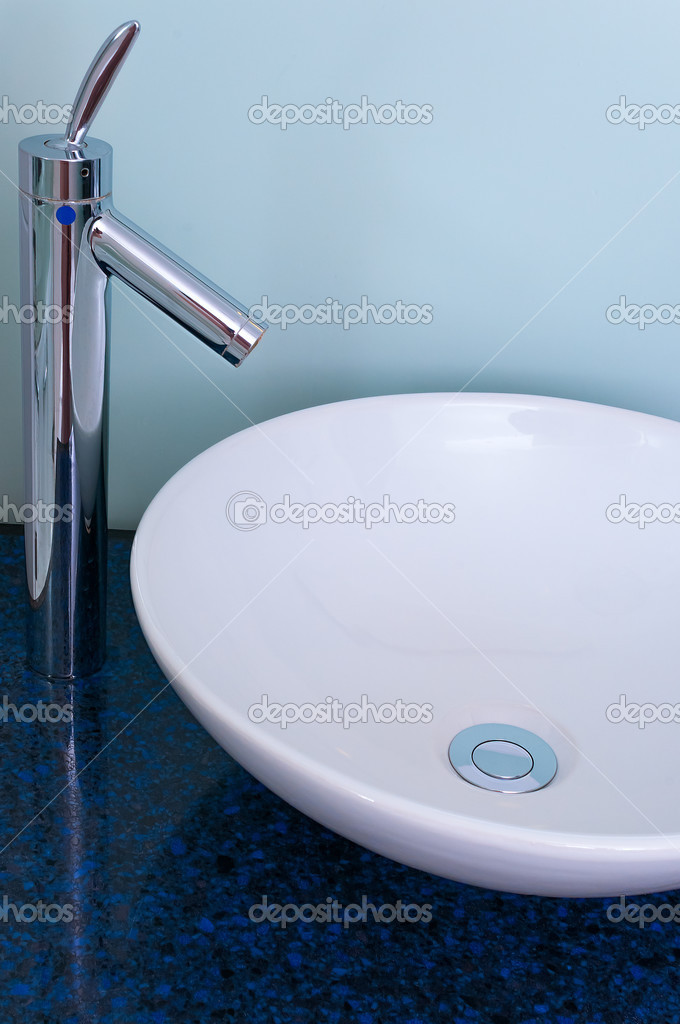 badkamer wastafel kom teller Tik mixer — Stockfoto © Altinosmanaj ...